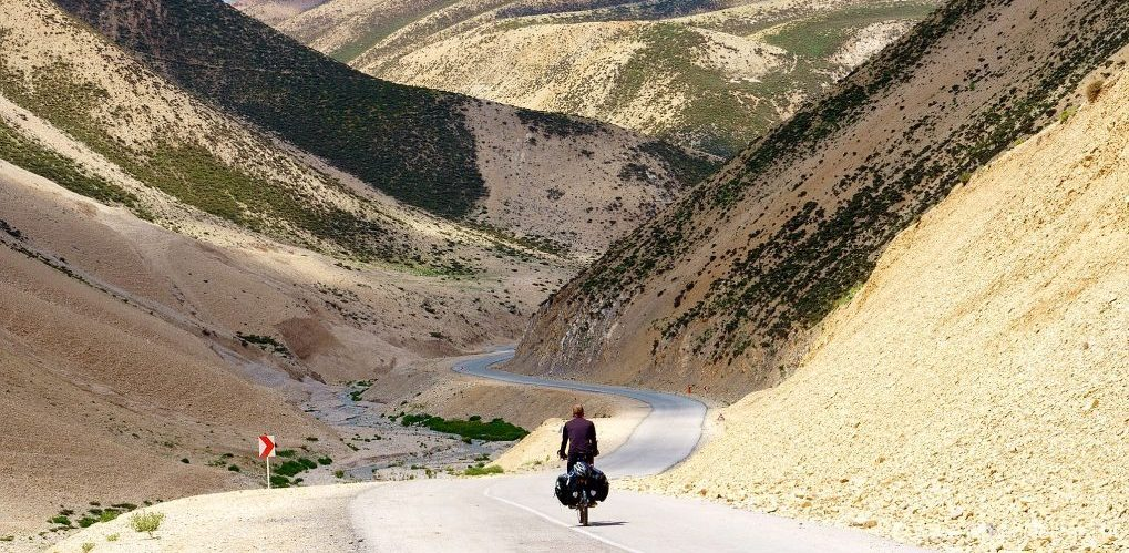 Fietser in de kale bergen van loristan provincie in iran